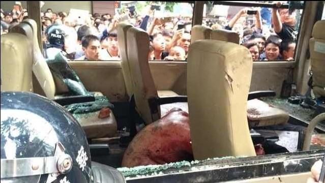 浙江温州城管执法时打人遭千人围困车内(组图)