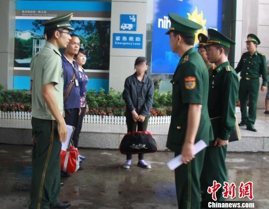 获解救的13岁越南少女通过东兴口岸回国. 黄卓 摄-东兴警方解救13