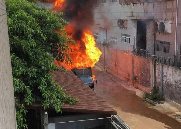大朗一油罐车发生自燃起火